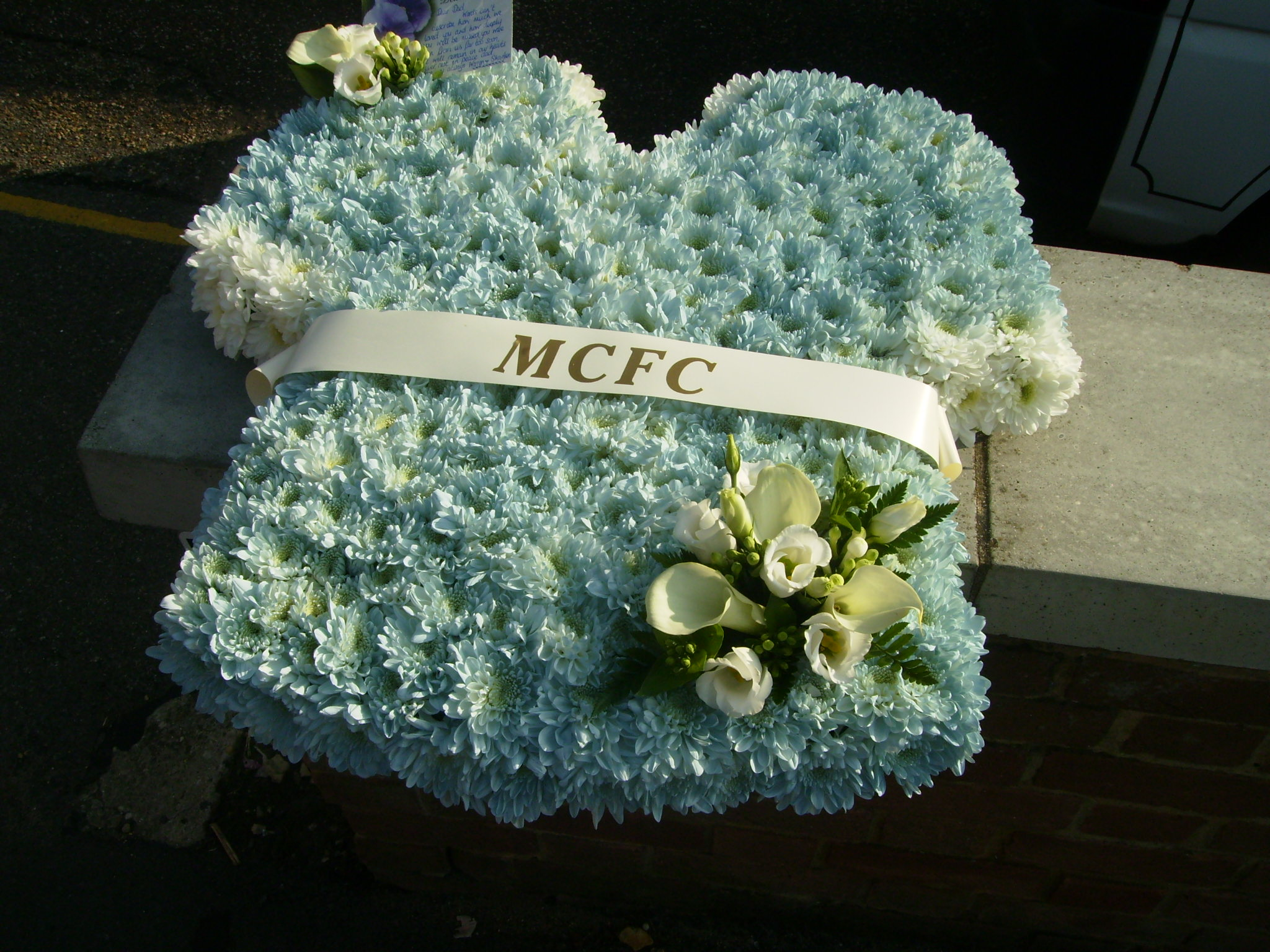 Unusual tributes football shirt fleurtations flowers unusual tributes football shirt funeral flowers izmirmasajfo